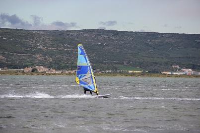 Windsurfer au planning stage intensif funboard